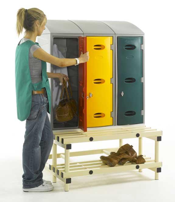 casier extreme empilable monobloc gris-jaune-rouge-vert en polyéthylène sur socle-banc