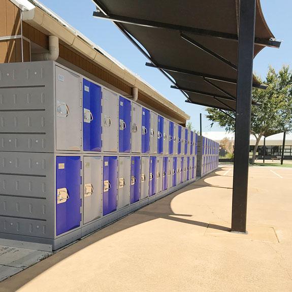 Une école, un auvent, des Casiers TOPPehd pour tous les élèves.