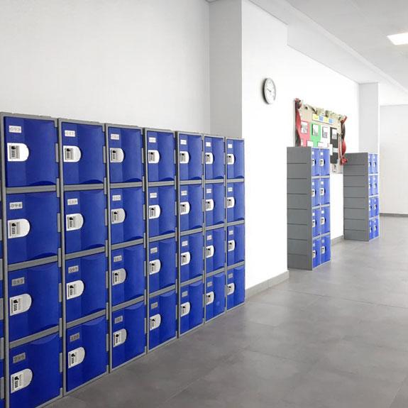 Une école, des Casiers TOPPehd bleu pour le rangement de tous les élèves.